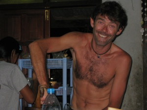 Philippe donnant un coup de main dans la cuisine