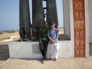 Nous deux à la porte du non retour à Ouidah