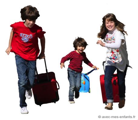 Voyage enfants avec les valises